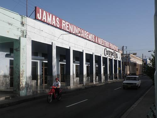 Se reúnen Raúl y el Papa Francisco en histórico encuentro Jamas-renunciaremos-a-nuestros-principios-cienfuegos-cuba-by-roadsofstone